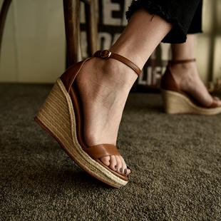 卡菲曼 草编坡跟凉鞋防水台棕色一字带高跟凉鞋女真皮夏季松糕鞋